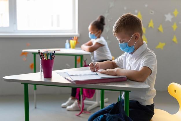 Dzieciaki W Ukryciu Wracają Do Szkoły W Czasie Pandemii Darmowe Zdjęcia