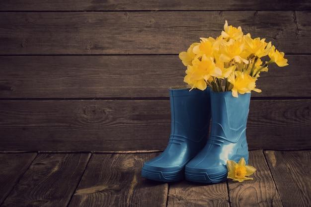 Dziecięce Buty Ogrodowe Z Wiosennymi Kwiatami Premium Zdjęcia