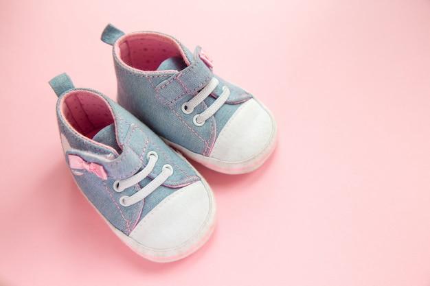 Dziecięce Jeansowe Sportowe Buty Dla Dziewczynek, Stojące Na Różu Premium Zdjęcia