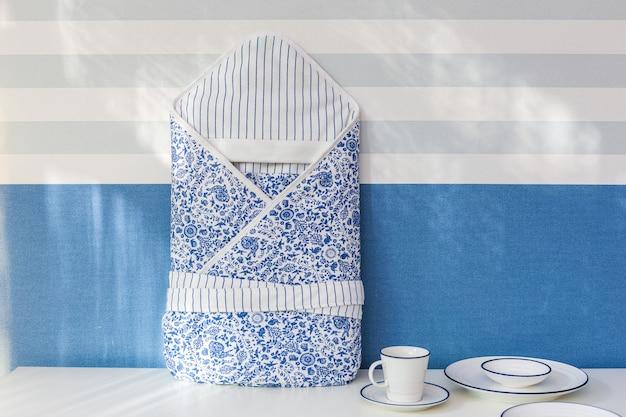 Dziecięcy ciepły śpiwór odizolowywający nad bielem. z ścinek ścieżką. Premium Zdjęcia