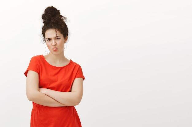 Dziecinna Jęcząca Kobieta W Stylowej Czerwonej Sukience Darmowe Zdjęcia