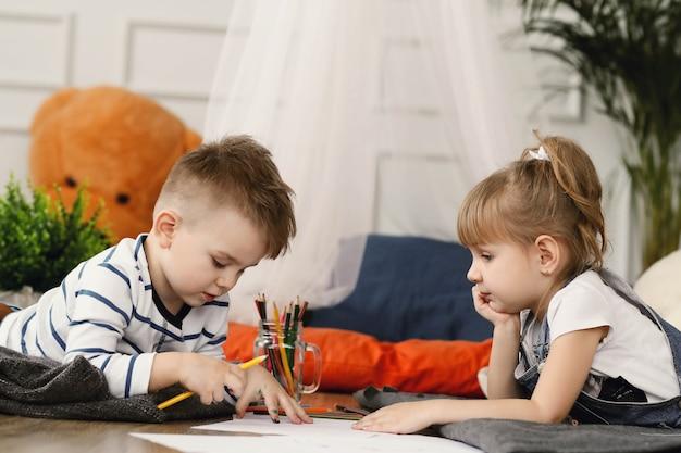 Dzieciństwo. Dwoje Dzieci W Domu Darmowe Zdjęcia