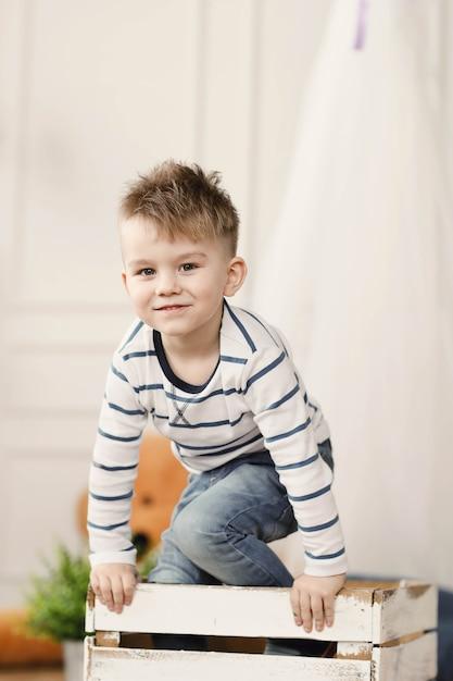 Dzieciństwo. Młody Chłopak W Domu Darmowe Zdjęcia