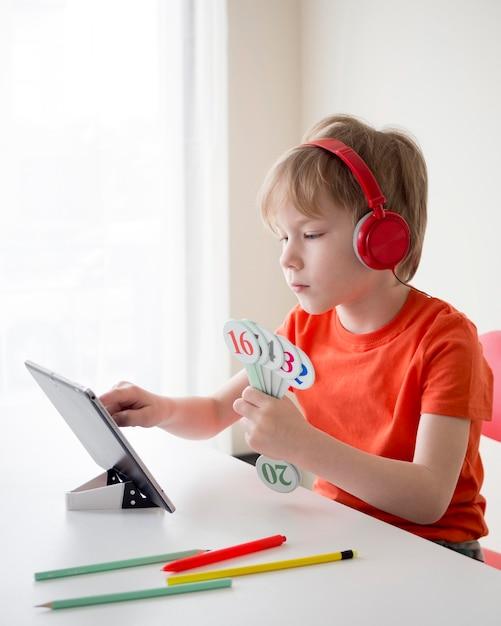 Dziecka Mienia Liczby Dla Matematyki E-uczenia Się Pojęcia Premium Zdjęcia
