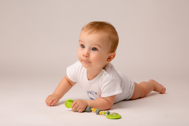 Dziecko 8 Miesięcy Na Białym Tle Premium Zdjęcia