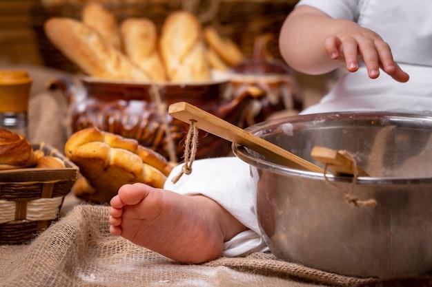 Dziecko bawi się mąką Premium Zdjęcia