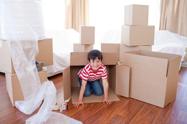 Dziecko Bawi Się Z Pola W Nowym Domu Premium Zdjęcia