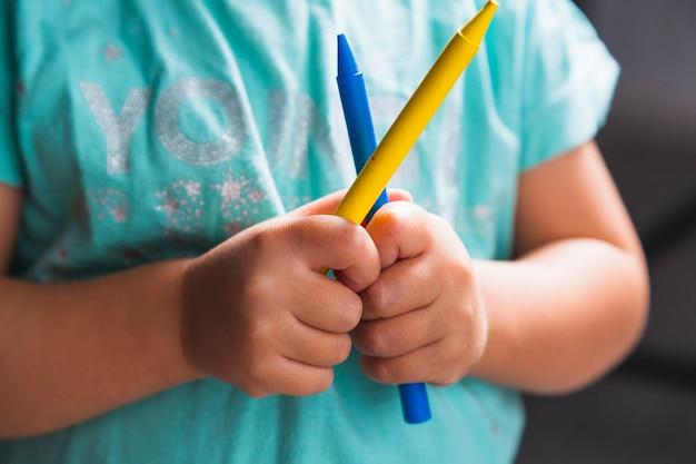 Dziecko Bez Twarzy Z Kredkami Darmowe Zdjęcia