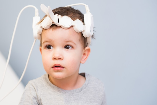 Dziecko do zabiegu magnetoterapeutycznego w szpitalu Premium Zdjęcia