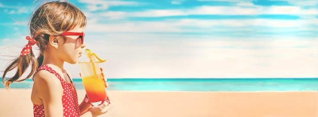 Dziecko Dziewczynka Odpoczynek Nad Morzem. Selektywna Ostrość. Premium Zdjęcia