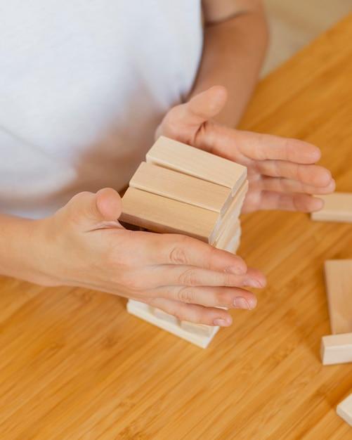 Dziecko Grające W Drewnianą Wieżę W Domu Darmowe Zdjęcia