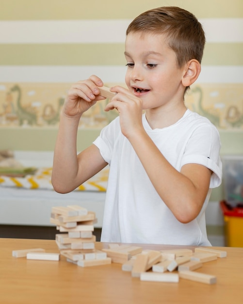 Dziecko Grające W Drewnianą Wieżę Darmowe Zdjęcia