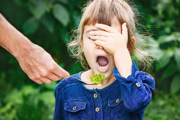 Dziecko je warzywa. letnie zdjęcie. selektywna ostrość. Premium Zdjęcia