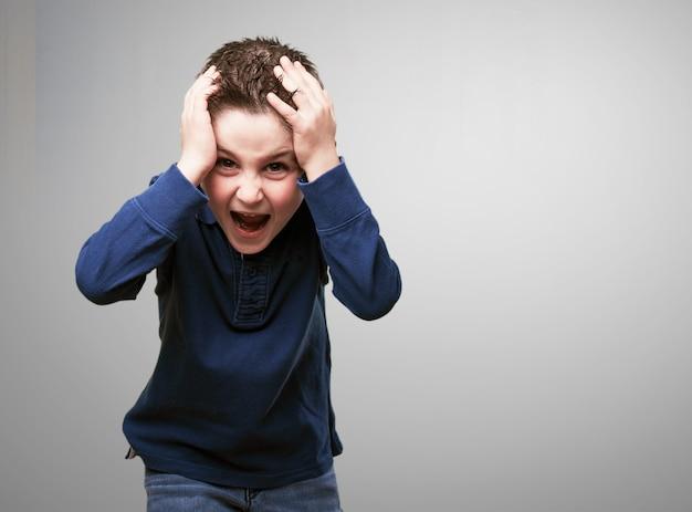 Dziecko krzyczy z rękami na głowie Darmowe Zdjęcia