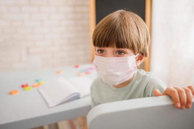 Dziecko Nosi Maskę Medyczną I Jest Wychowawcą W Domu Darmowe Zdjęcia