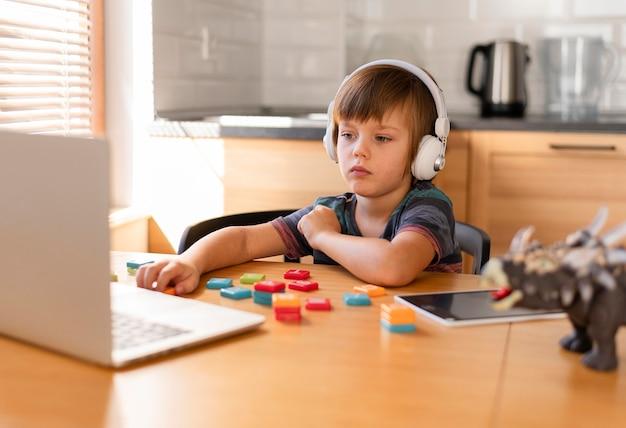 Dziecko Noszące Słuchawki Uczestniczące W Kursach Online Darmowe Zdjęcia