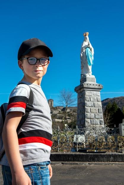 Dziecko Patrząc Virgin Z Lourdes Na Błękitnym Niebie Premium Zdjęcia