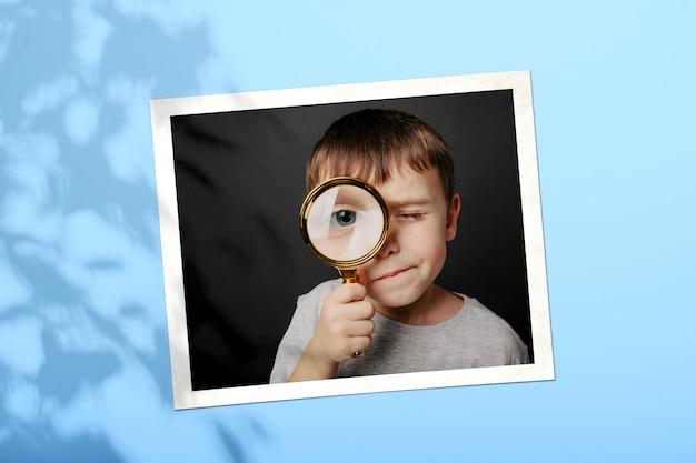 Dziecko Patrzy W Szkło Powiększające Premium Zdjęcia
