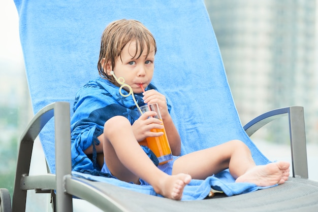 Dziecko Pije Sok Po Kąpieli Darmowe Zdjęcia