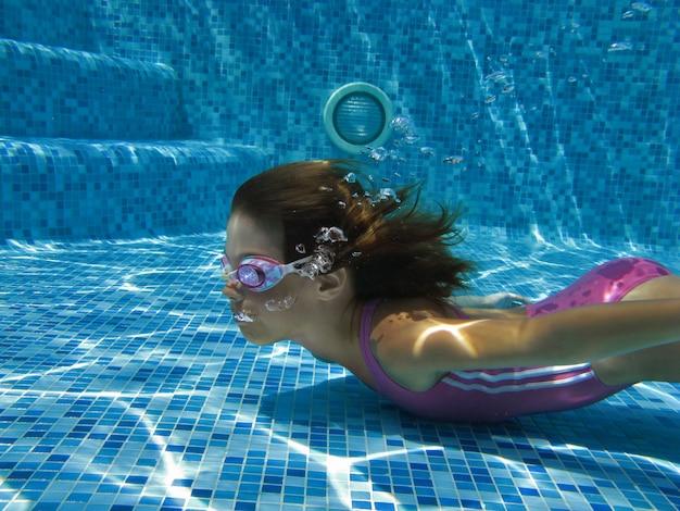 Dziecko Pływa W Basenie Pod Wodą Premium Zdjęcia