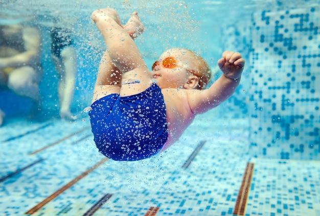 Dziecko Pływa W Basenie Premium Zdjęcia