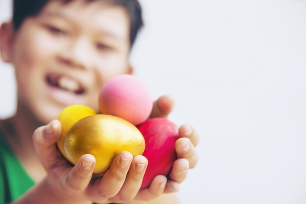 Dziecko Pokazuje Kolorowo Wielkanocnych Jajek Szczęśliwie - Wielkanocny Wakacyjny świętowania Pojęcie Darmowe Zdjęcia