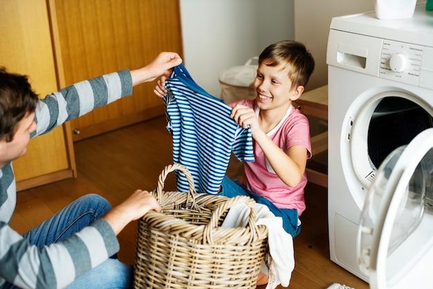 Dziecko Pomaga Prac Domowych Premium Zdjęcia