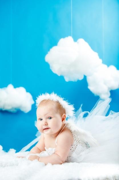 Dziecko Przebrane Za Anioła W Chmurach Premium Zdjęcia
