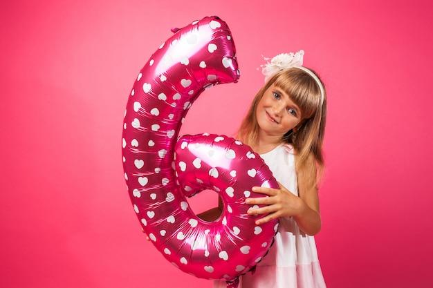 Dziecko Trzyma Balon W Stylu Cyfry 6 Premium Zdjęcia