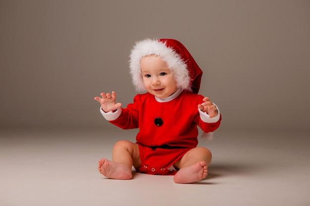 Dziecko ubrane jak święty mikołaj Premium Zdjęcia