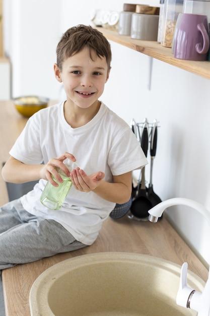 Dziecko Uśmiecha Się I Myje Ręce Darmowe Zdjęcia