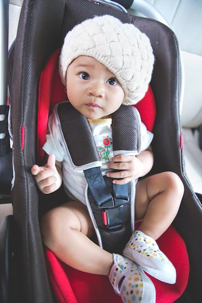Dziecko W Bezpiecznym Foteliku Samochodowym. Bezpieczeństwo I Ochrona Premium Zdjęcia