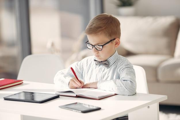 Dziecko W Biurze Z Laptopem Darmowe Zdjęcia