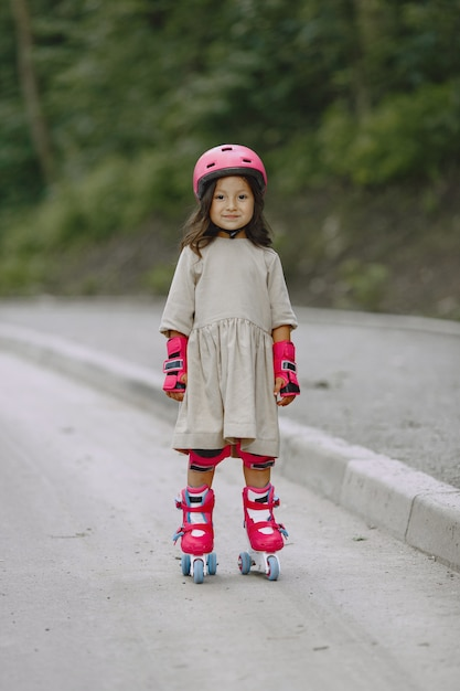 Dziecko W Letnim Parku. Dziecko W Różowym Kasku. Mała Dziewczynka Z Rolką. Darmowe Zdjęcia
