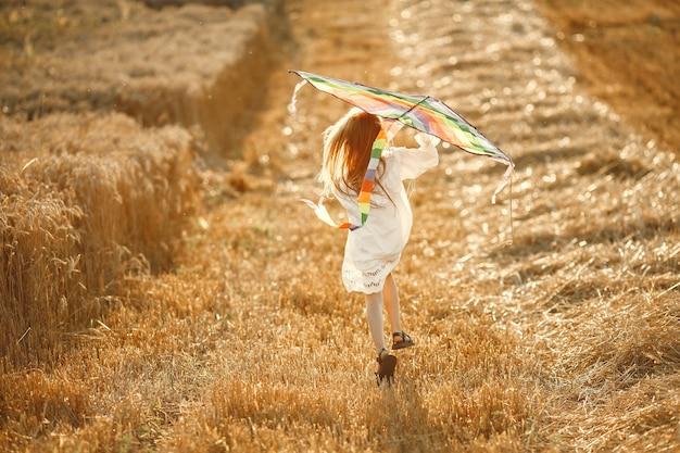 Dziecko W Letnim Polu. Mała Dziewczynka W ślicznej Białej Sukni. Dziecko Z Latawcem. Darmowe Zdjęcia