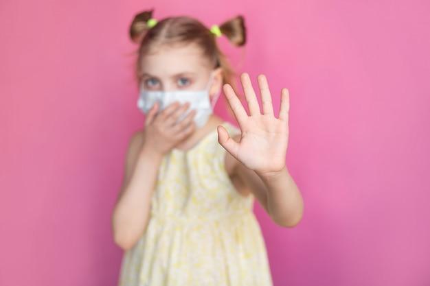 Dziecko W Masce Medycznej Premium Zdjęcia