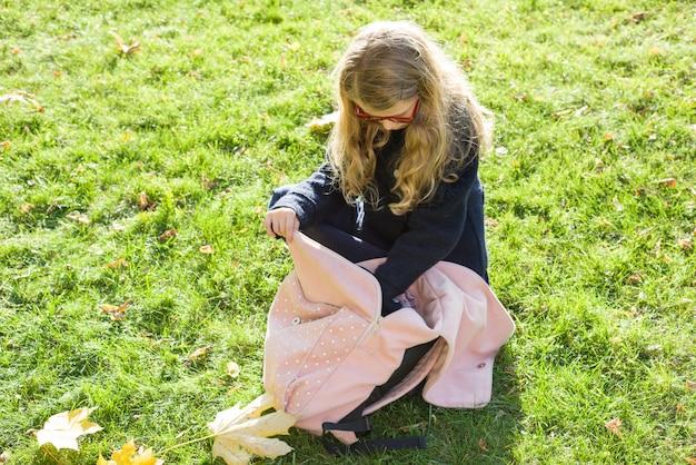 Dziecko W Wieku Szkolnym Dziewczyna Z Różowym Plecakiem Premium Zdjęcia