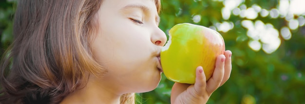 Dziecko Z Jabłkiem. Zdjęcie. Natura Premium Zdjęcia