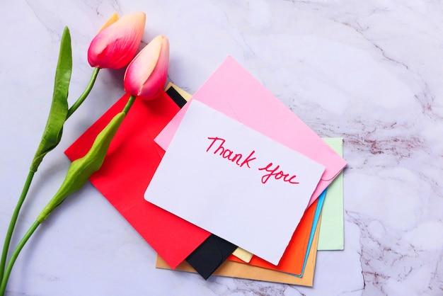 Dziękuję Wiadomość Na Papierze Z Kwiatem Tulipana Premium Zdjęcia