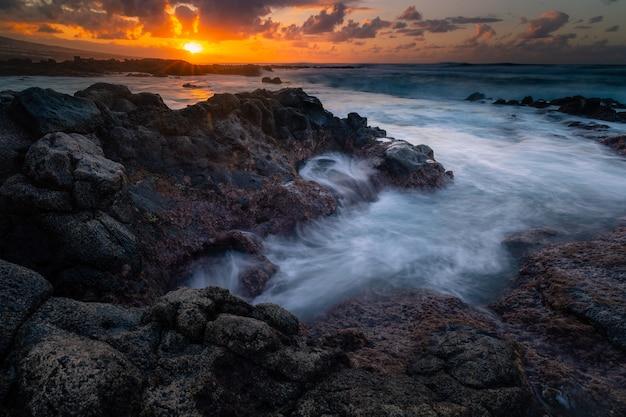 Dzielne Wybrzeże Z Północnej Części Teneryfy Obok Punta Hidalgo, Wyspy Kanaryjskie, Hiszpania. Premium Zdjęcia