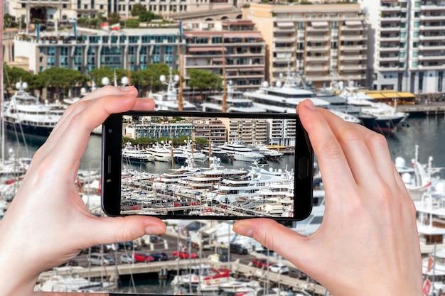 Dzielnica Monte Carlo W Monako To Doskonałe Miejsce Na Apartamenty I Jachty. Turysta Robi Zdjęcie Premium Zdjęcia