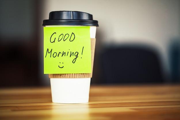 Dzień dobry. czas na kawę. kawa na wynos i fasola Premium Zdjęcia