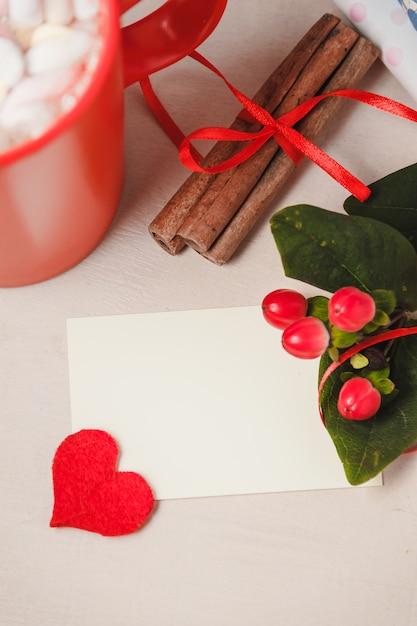 Dzień dobry z gorącą czekoladą na drewnianym stole Premium Zdjęcia