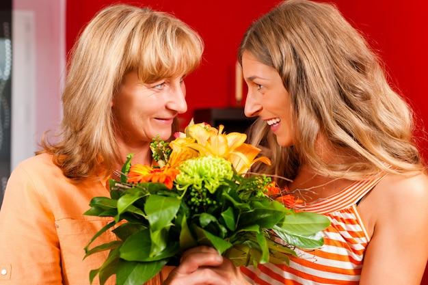 Dzień matki lub urodziny - kwiaty i kobiety Premium Zdjęcia