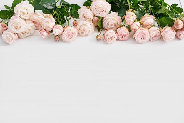 Dzień Matki Różowe Róże Na Białej ścianie Premium Zdjęcia