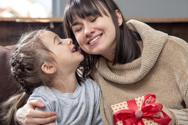 Dzień Matki. Szczęśliwa Młoda Mama Z Uroczą Córką. Darmowe Zdjęcia