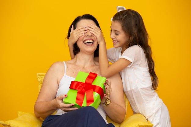Dzień Matki Z Niespodzianką Na Pudełko Premium Zdjęcia