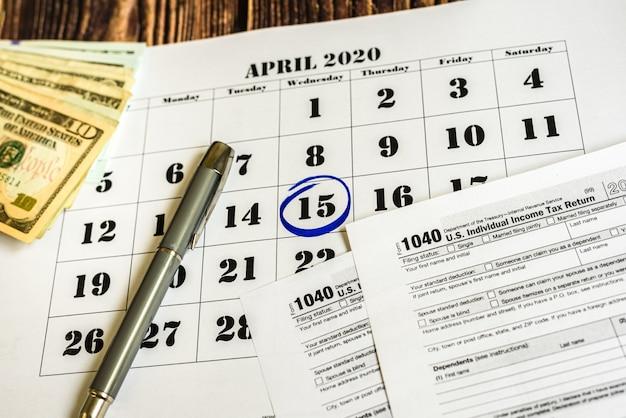 Dzień zapłaty podatku, oznaczony w kalendarzu 15 kwietnia 2020 r Premium Zdjęcia