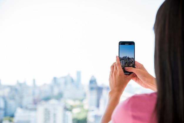 Dziewczyna biorąc obraz krajobrazu Darmowe Zdjęcia