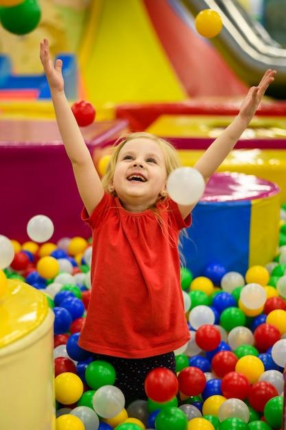 Dziewczyna Cieszy Się Kolorową Balową Jamę Darmowe Zdjęcia